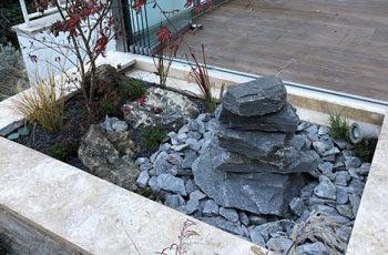 Steine in der Beete