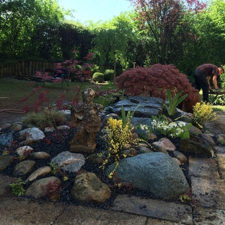 Mitarbiter bei Gartenarbeit