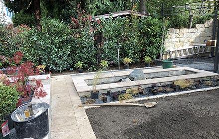 Gartenarbeit mit Schaufel auf dem Boden