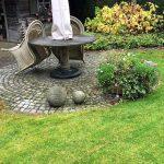 Gartenansicht mit Gartenstühlen