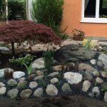 Gartenbeete vor dem Haus