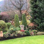Staudenbeete und Brunnen in schöner Gartenanlage